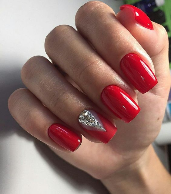 Inspiracje na czerwone paznokcie