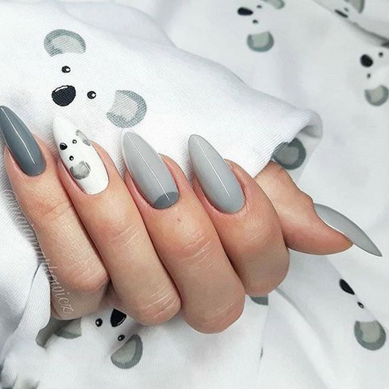 Szare paznokcie z wzorkami