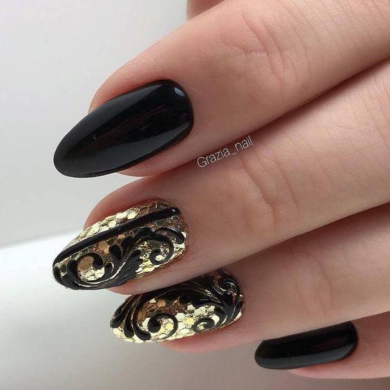 Czarne paznokcie ze złotymi elementami