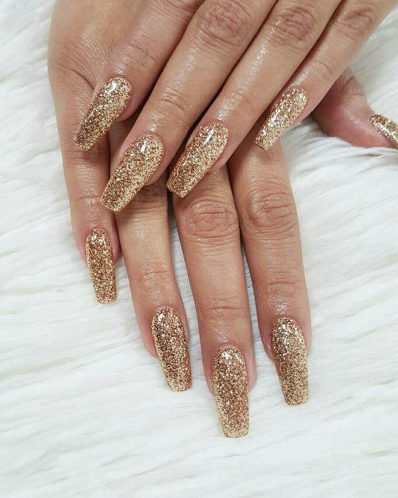 Złote paznokcie hybrydowe