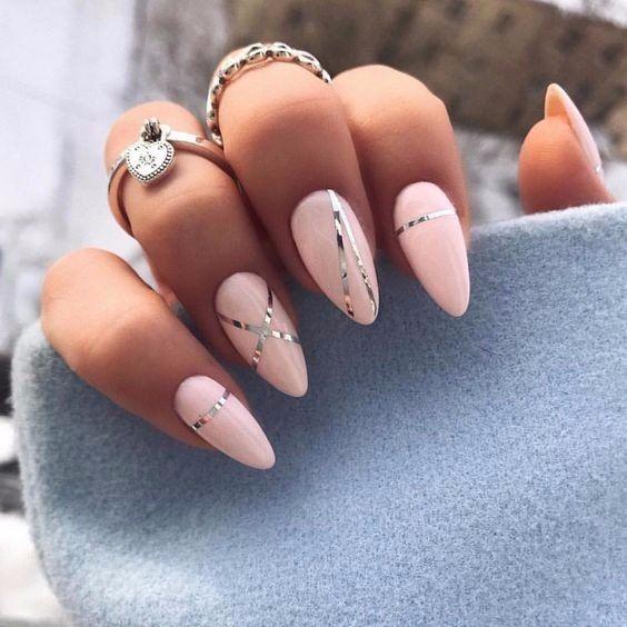 Brzoskwiniowe paznokcie z wzorkiem