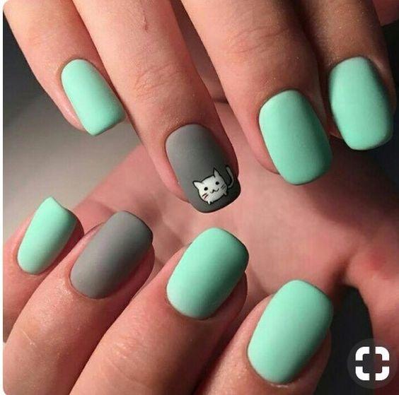Matowe miętowe paznokcie