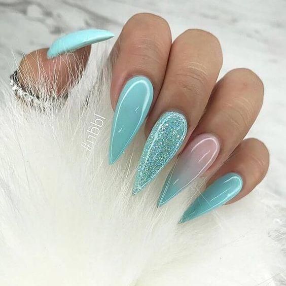 Miętowe paznokcie z brokatem