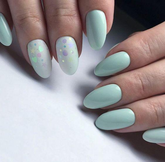 Miętowe paznokcie z kropkami