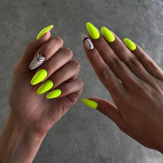 Neonowe paznokcie na wakacje
