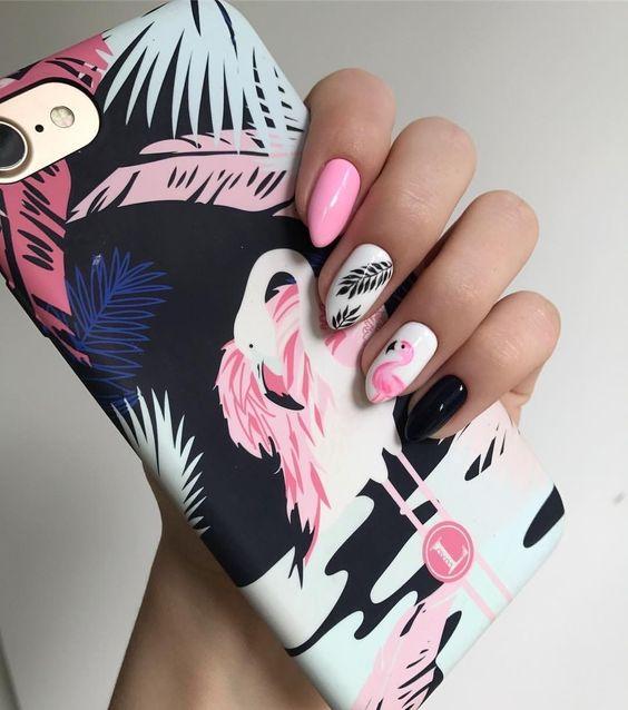 Różowe paznokcie z flamingami