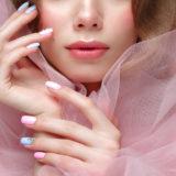 Trendy inspiracje na błękitne paznokcie