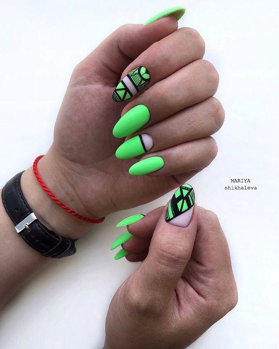 Zielone paznokcie z geometrycznymi zdobieniami