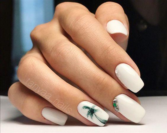 Białe paznokcie z palmami