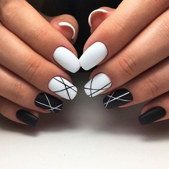 Biało czarne paznokcie z geometrycznymi zdobieniami