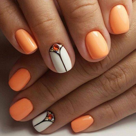 Biało pomarańczowe paznokcie
