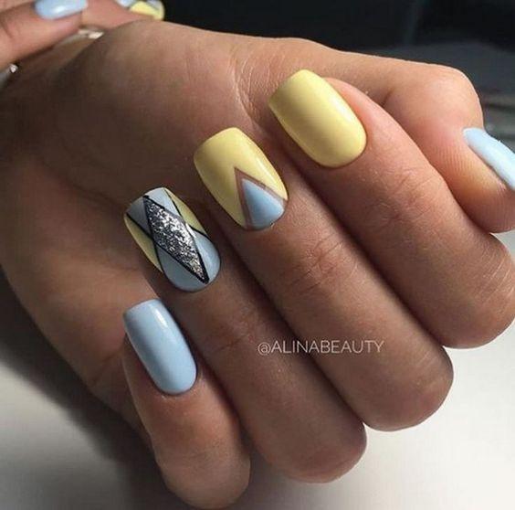 Błękitne paznokcie z geometrycznymi zdobieniami