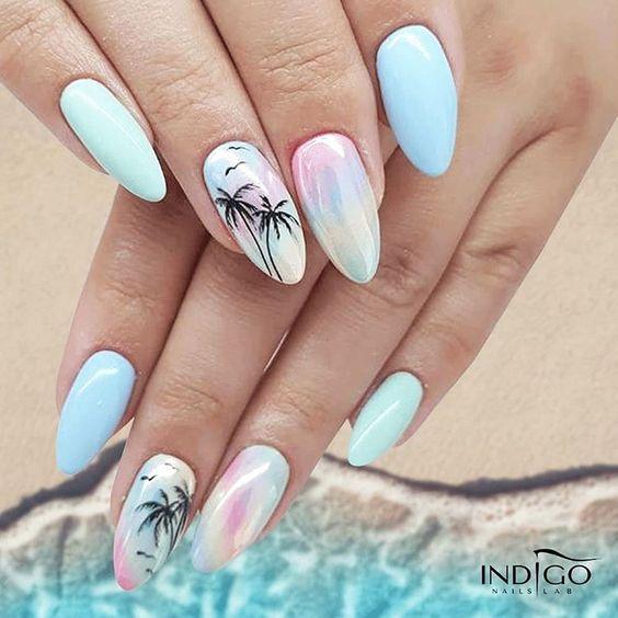Błękitne paznokcie z palmami