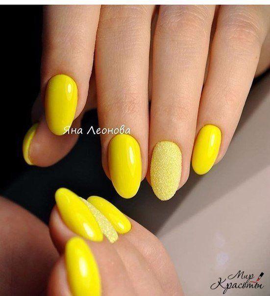 Brokatowe żółte paznokcie