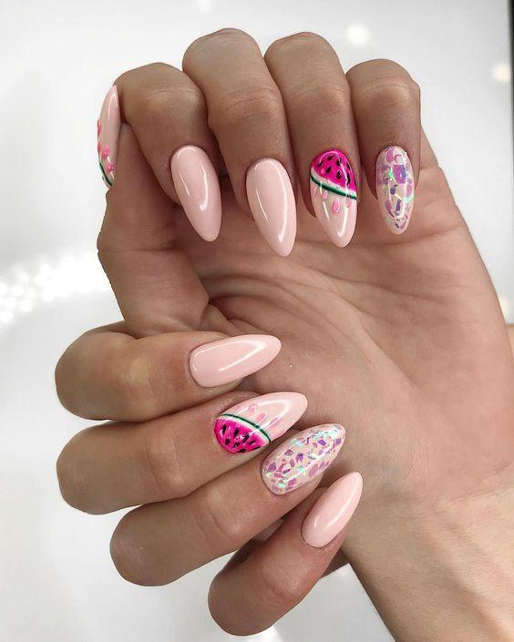 Brzoskwiniowe paznokcie z wzorkami