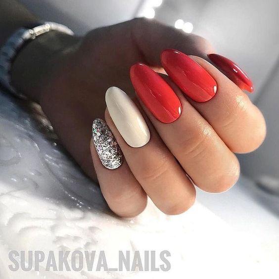 Czerwone paznokcie z brokatem