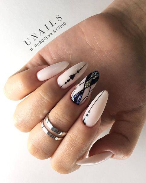 Jasne paznokcie z geometrycznymi wzorami