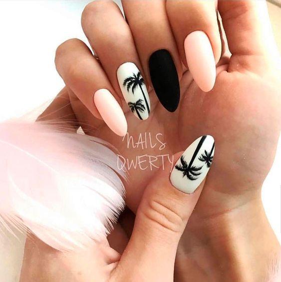 Jasne paznokcie z palmami