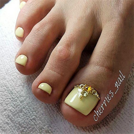 Jasnożółte paznokcie u stóp