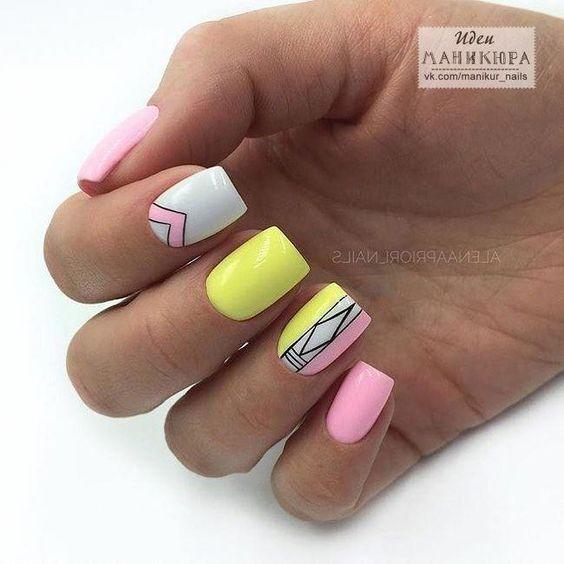 Kolorowe paznokcie z geometrycznymi wzorami