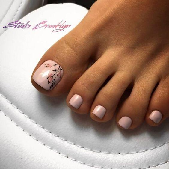 Mlecznoróżowe paznokcie u stóp