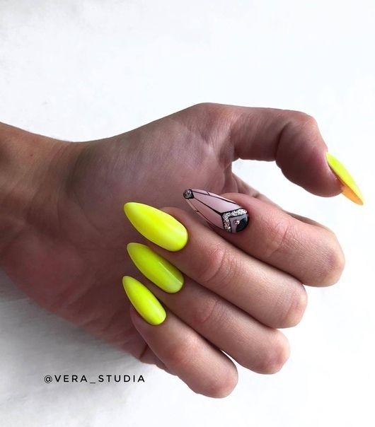 Neonowe paznokcie z geometrycznymi wzorami