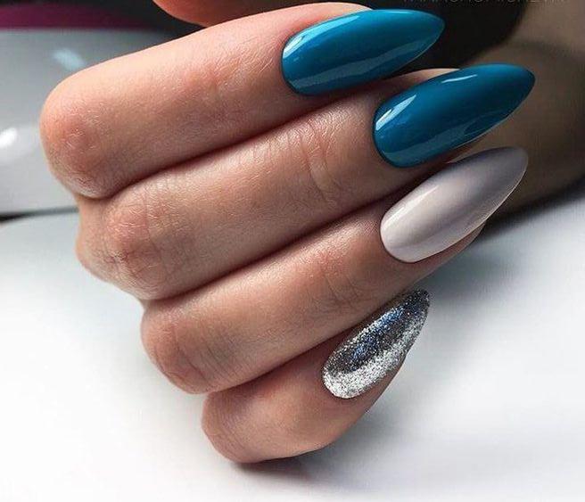 Niebiesko białe paznokcie z brokatem