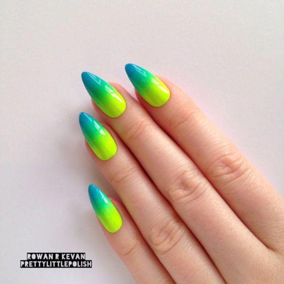 Niebiesko zielone ombre na paznokciach