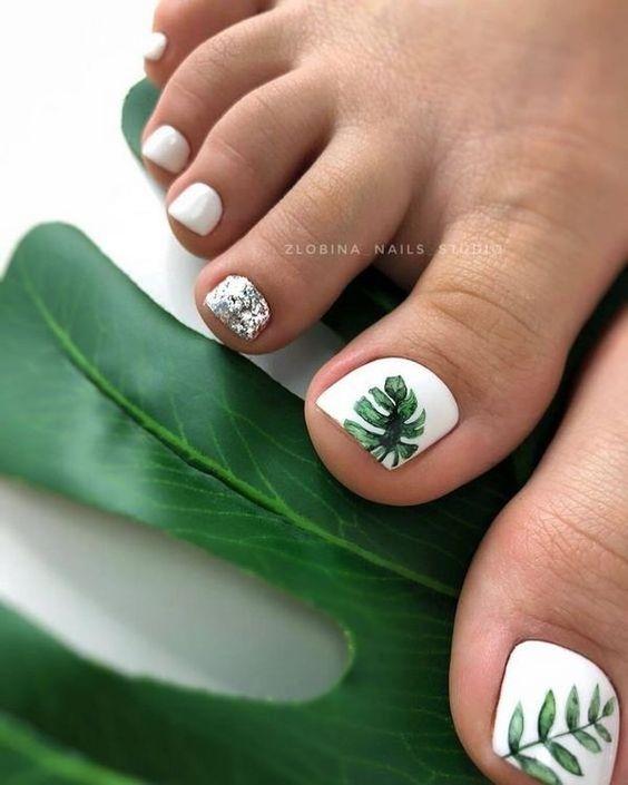 Paznokcie u stóp z palmą