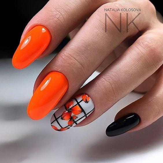Pomarańczowe paznokcie z kwiatami