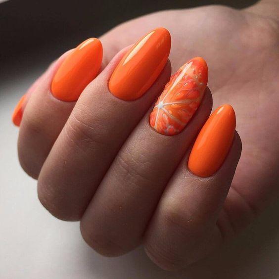 Pomarańczowe paznokcie z owocem