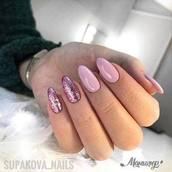 Różowe paznokcie brokatowe