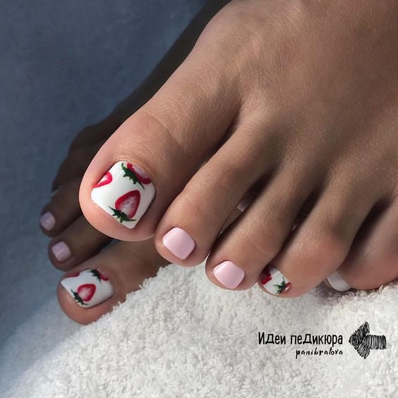 Różowe paznokcie u stóp z wzorkami