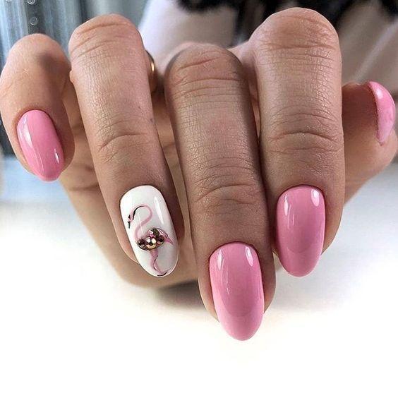 Różowe paznokcie z flamingiem