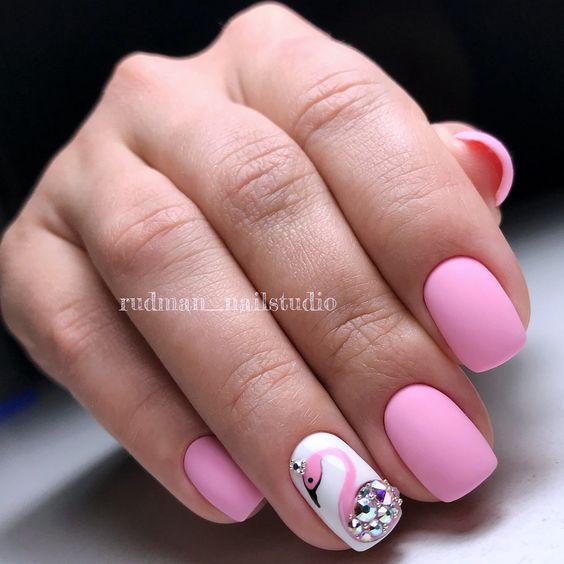 Różowe paznokcie z flamingiem w macie