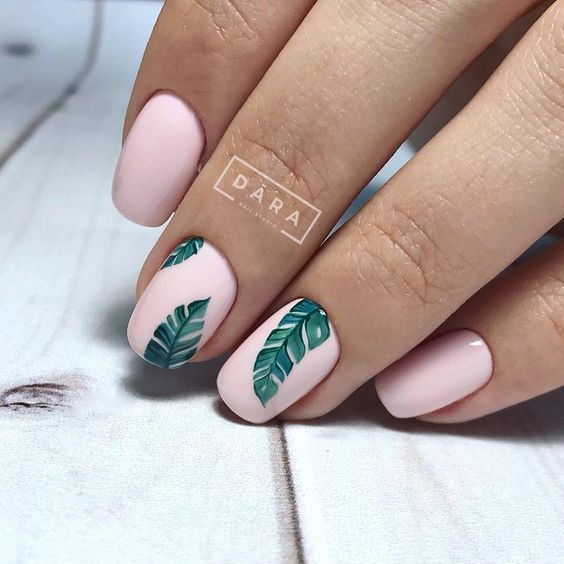 Różowe paznokcie z liściem