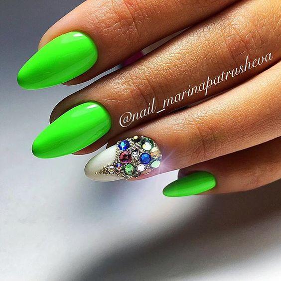 Zielone paznokcie z cyrkoniami