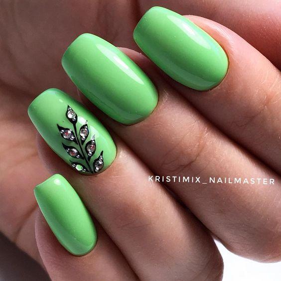 Zielone paznokcie z kwiatkiem