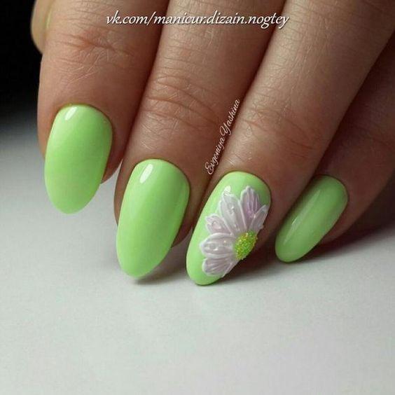 Zielone paznokcie z kwiatowym wzorem