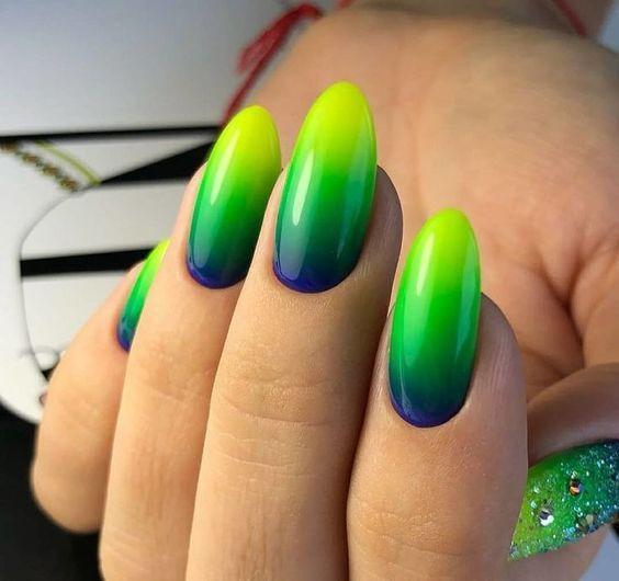 Zielono żółte ombre na paznokciach