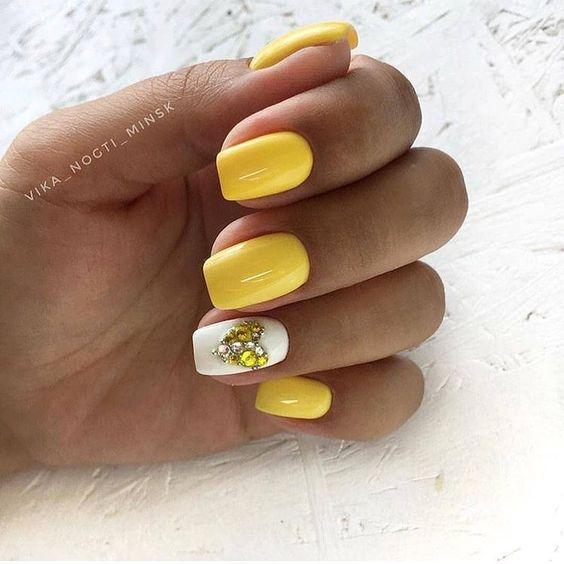 Żółte paznokcie z cyrokniami