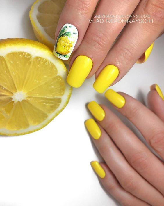 Żółte paznokcie z cytryną