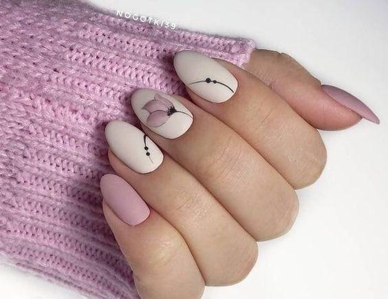 Beżowe paznokcie z kwiatami