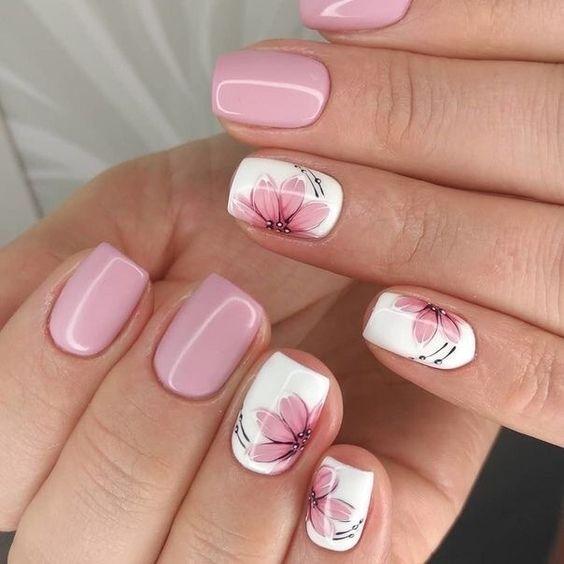 Biało różowe paznokcie z kwiatem