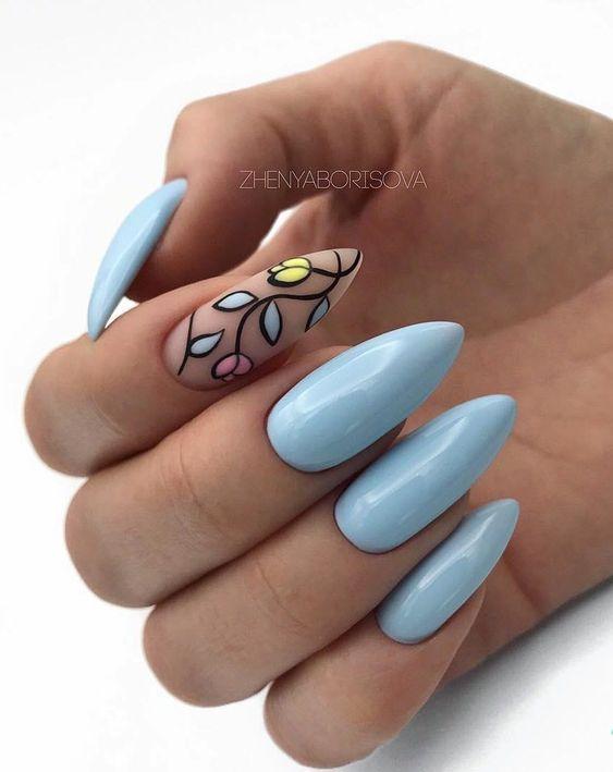 Błękitne paznokcie z kwiatami