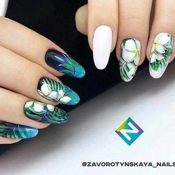 Ciemne paznokcie z liśćmi