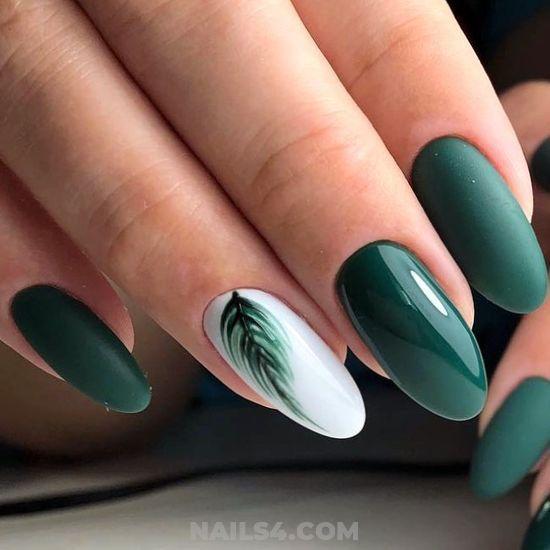 Ciemnozielone paznokcie z liściem