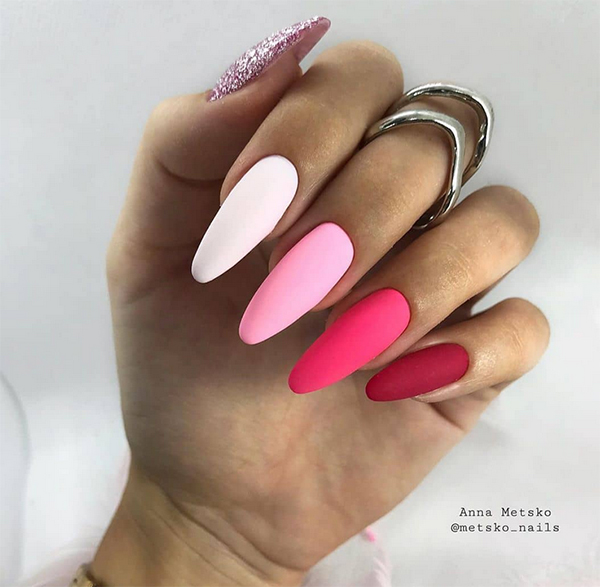 Kolorowe paznokcie z brokatem