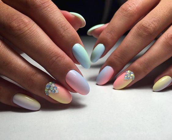 Kolorowe paznokcie z cyrkoniami