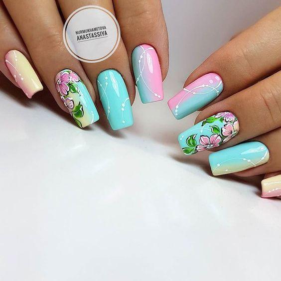 Kolorowe paznokcie z kwiatami